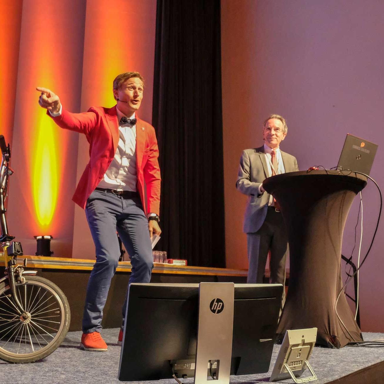 Simon Schnetzer auf der Bühne convention4u ©Markus Gollner
