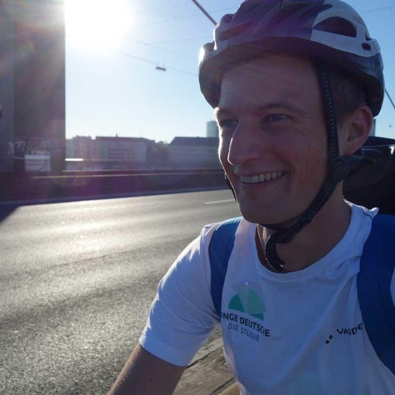 Simon Schnetzer auf dem Rad unterwegs