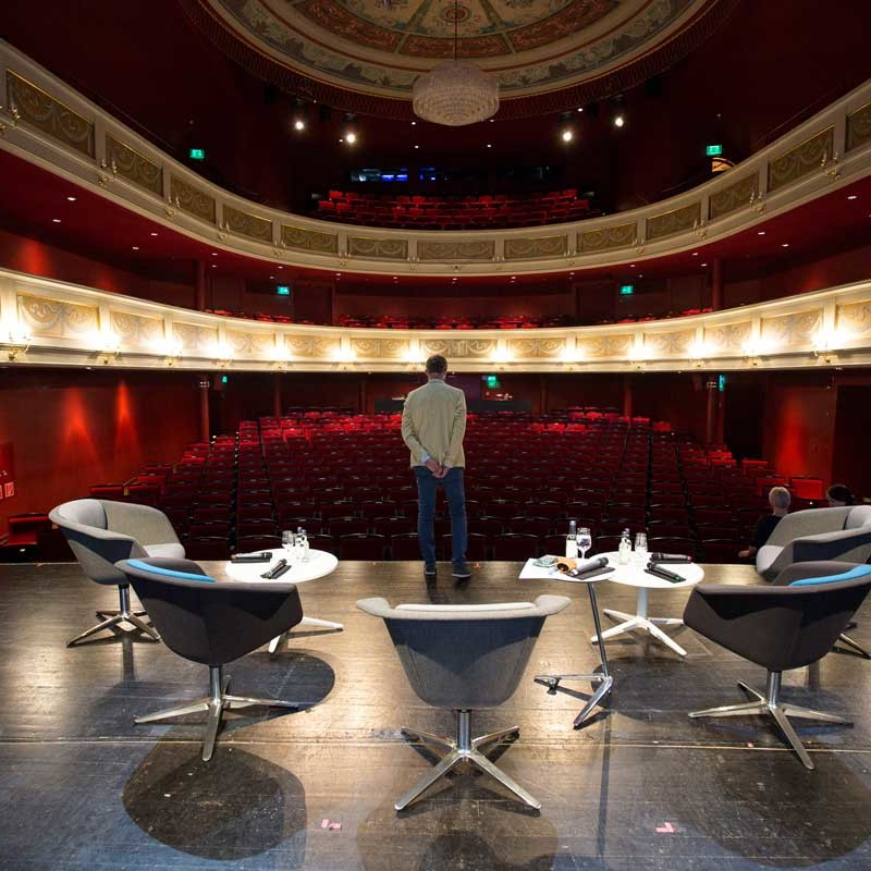 Simon Schnetzer auf der Theaterbühne ©piomars