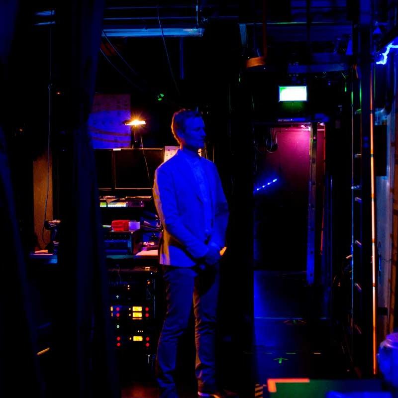 Simon Schnetzer Kurzmeditation vor Auftritt ©piomars
