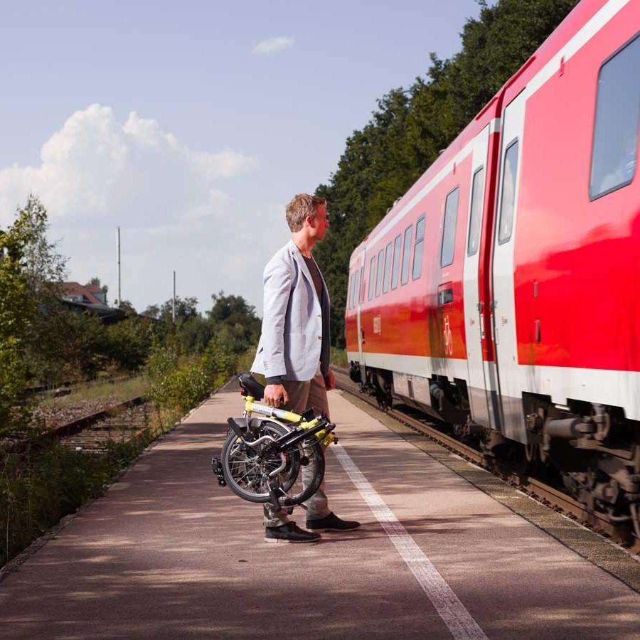 Simon Schnetzer Portrait mit Fahrrad am Zug ©piomars