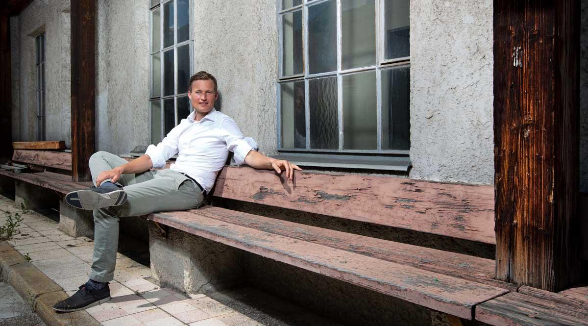 Simon Schnetzer Portrait Bank seitlich ©piomars