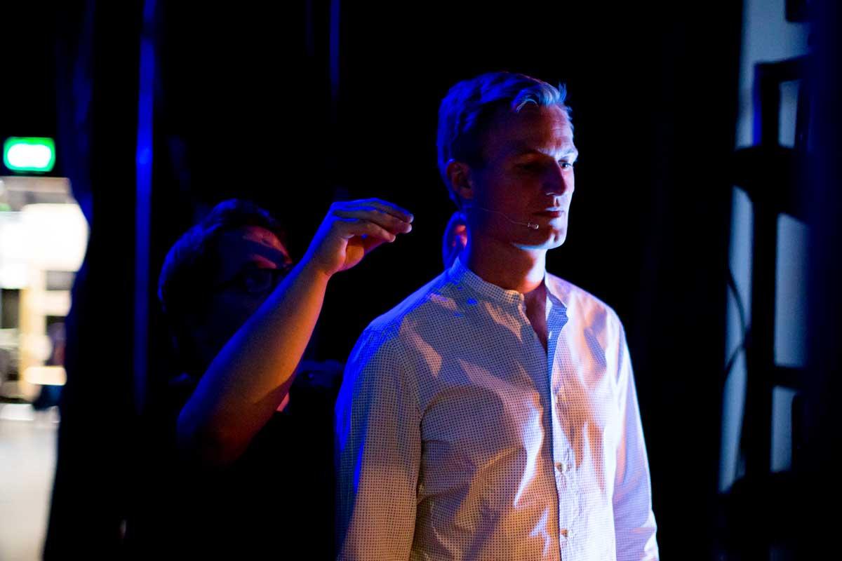 Simon Schnetzer Speaker Portrait hinter der Bühne vor Auftritt ©piomars