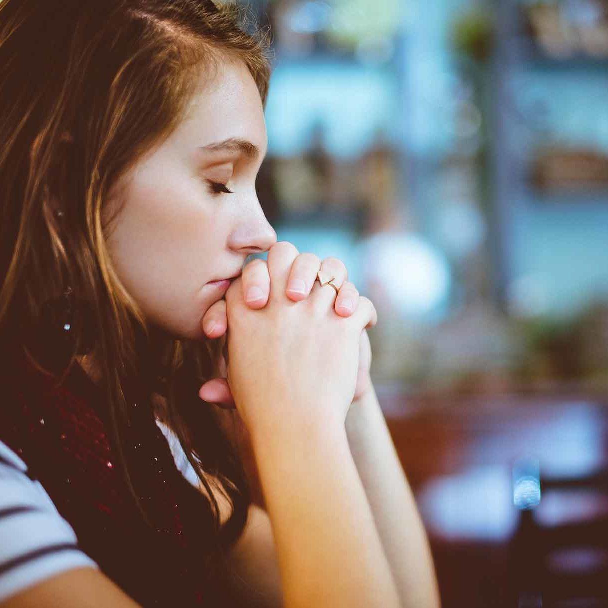 Wie kann man die Generation Z mit Kirche begeistern - Junge FGrau betend