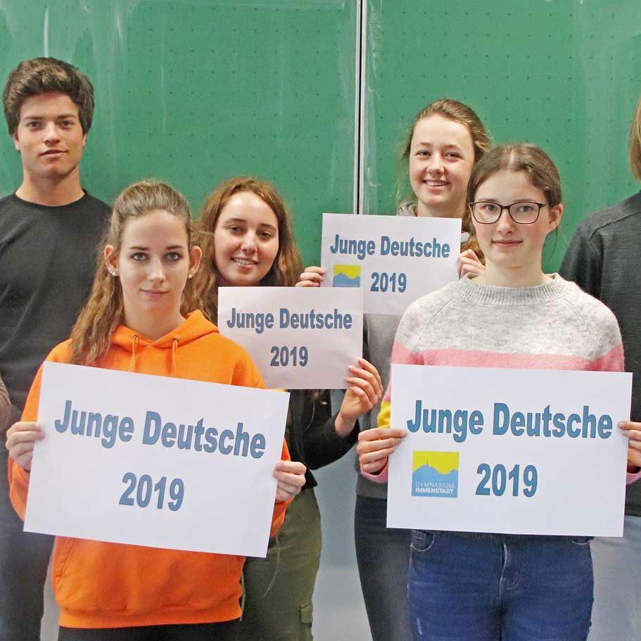 Generation-Z-Glück-in-der-Kleinstadt-Gymnasium-Immenstadt-junge-deutsche