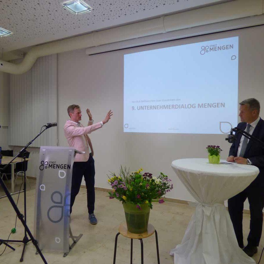 Simon Schnetzer mit Hr. Bubeck: Online-Vortrag in der Stadt Mengen