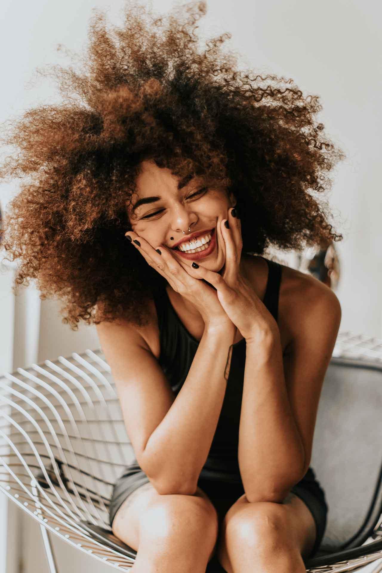 Lachende Frau - Wo ist die Generation Z am Glücklichsten?