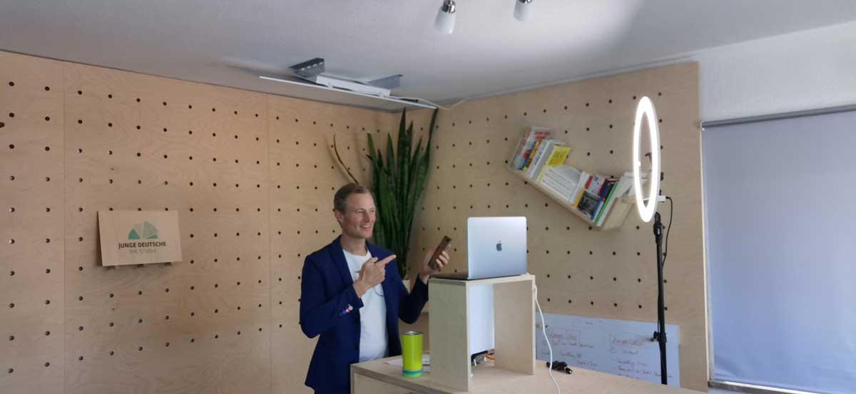 Studio - Simon Schnetzer - Online Vortrag